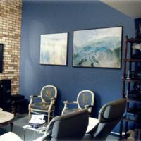 ... maken de woonkamer optisch kleiner terwijl lichte blauwe kleuren een